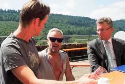 Uwe Kröger (Mitte) findet lobende Worte für Nikolaj Alexander Brucker (l.), der die Titelrolle in »Artus – Excalibur« spieltFoto: Birgit Bernds