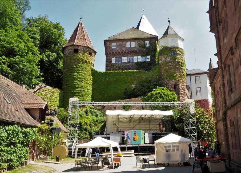 Unter dem Domizil der Familie des Prinz Ludwig von Baden wurde die Bühne errichtet - hier im Zustand der Proben für »Figaros Hochzeit«Foto: Birgit Bernds