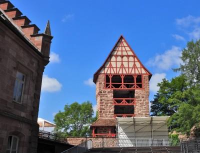 Das Eckrondell der Vorburg mit Fachwerkgiebel und links das alte Forstamt (angeschnitten)Foto: Birgit Bernds