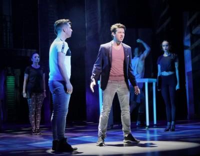 Thomas Hohler als Carl (Mitte) mit Riccardo Greco als Sam (l.), der als Geist für ihn nicht sichtbar ist, und EnsembleFoto: Ingrid Kernbach