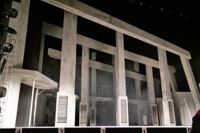 Das Bühnenbild wird durch die Lichteffekte erst zum Leben erwecktFoto: Ingrid Kernbach